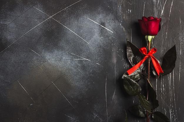 La sorpresa del regalo della rosa rossa di giorno delle madri delle donne di giorno di biglietti di s. valentino