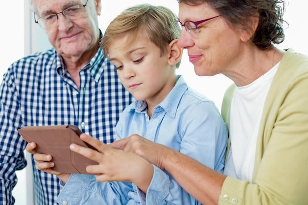 La spesa di anziani con tablet bambino
