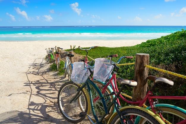 La spiaggia caraibica di tulum va in bicicletta in riviera maya