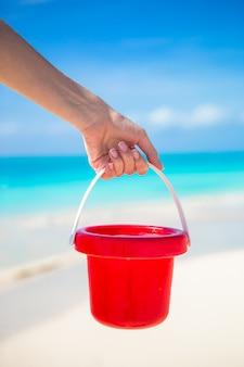 La spiaggia del bambino dell'estate gioca nella sabbia bianca