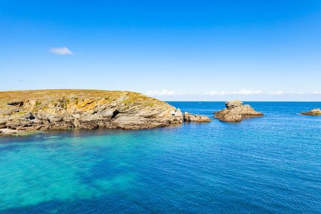 La spiaggia del paesaggio oscilla le rive delle scogliere a belle ile en mer al punto dei puledri in morbihan