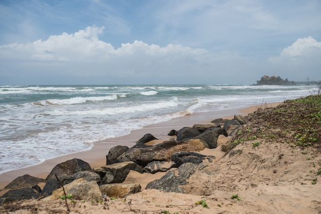 La spiaggia di sabbia e la costa rocciosa dell'oceano indiano, ahungalla, sri lanka