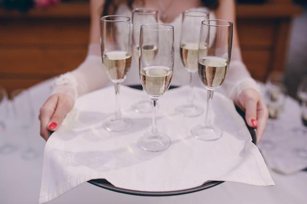 La sposa con un bicchiere di champagne