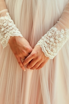 La sposa del mattino, quando indossa un bellissimo vestito, una donna si prepara prima della cerimonia nuziale