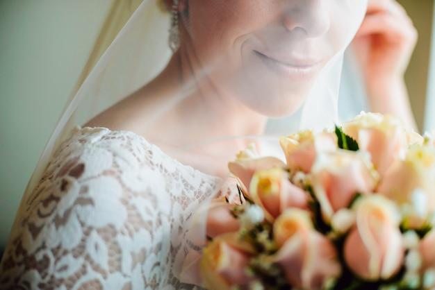 La sposa è in possesso di bouquet da sposa di rose nelle sue mani