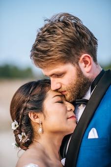 La sposa e lo sposo caucasici asiatici hanno tempo romanzesco e felici insieme