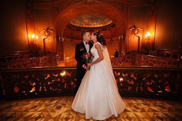 La sposa e lo sposo in una casa accogliente, foto scattata con luce naturale da