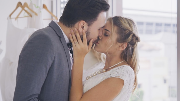 La sposa e lo sposo in vestito da sposa preparano la cerimonia.
