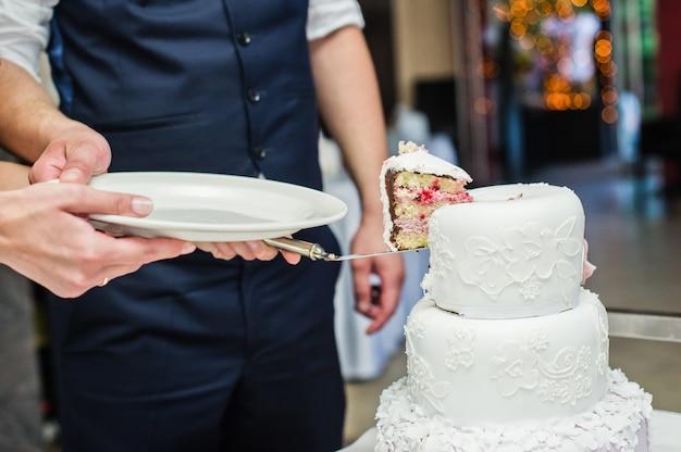 La sposa e lo sposo tagliano la tradizionale torta nuziale