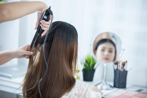 La sposa fa i capelli con il vestito