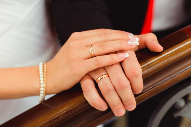 La sposa giace la sua mano sopra quella dello sposo