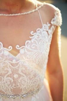 La sposa guarda fuori dalla finestra, il giorno del matrimonio, sta indietro