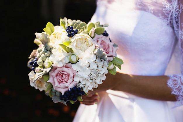 La sposa in abito bianco su sfondo di natura. foto del matrimonio.
