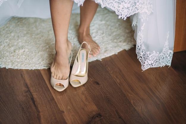 La sposa indossa le sue scarpe