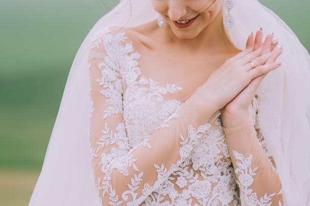 La sposa passa l'anello di nozze