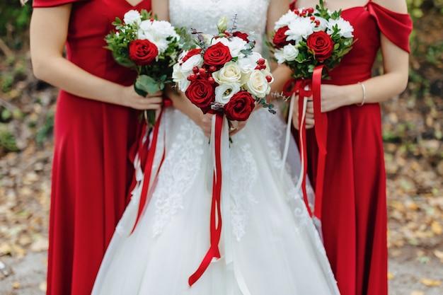 La sposa tiene un bouquet da sposa nelle sue mani