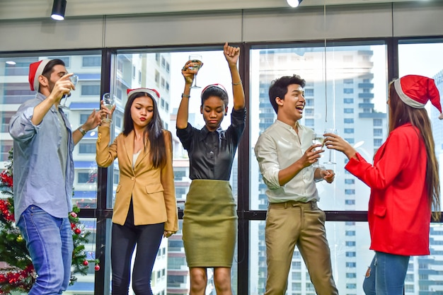 La squadra dell'ufficio di affari celebra la festa del buon anno di natale
