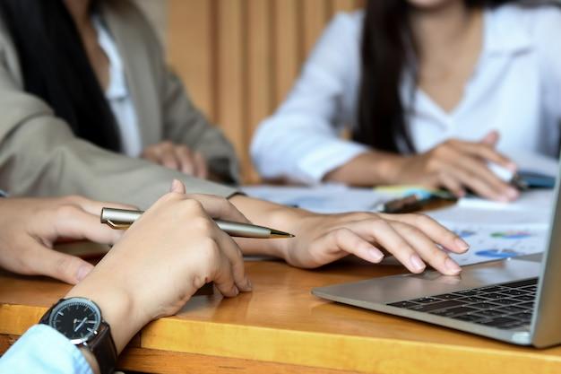 La squadra dell'ufficio femminile sta riassumendo il lavoro nell'ufficio.