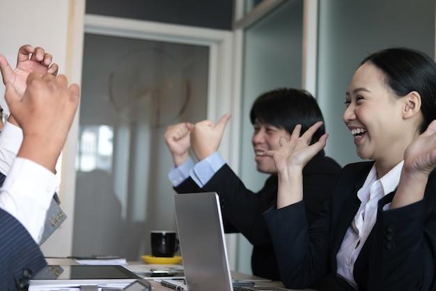 La squadra di affari alza le mani con felicità. uomo d'affari & imprenditrice mostrando gladness