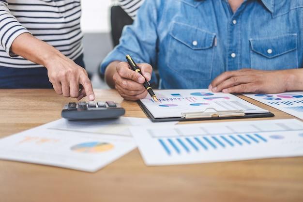 La squadra di affari che incontra il lavoro, la discussione e l'analisi dati le tabelle ed i grafici
