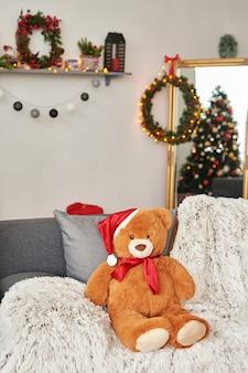 La stanza dei bambini. interno di natale della cameretta dei bambini. decorazioni e alberi di capodanno nella sala giochi per bambini