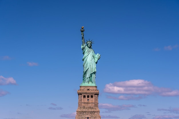La statua della libertà sotto il muro di cielo blu, new york city
