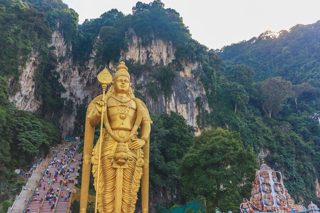La statua di batu caves lord murugan e l'ingresso vicino a kuala lumpur in malesia.