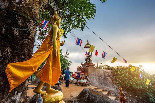 La statua di buddha bella al tramonto è un tempio buddista
