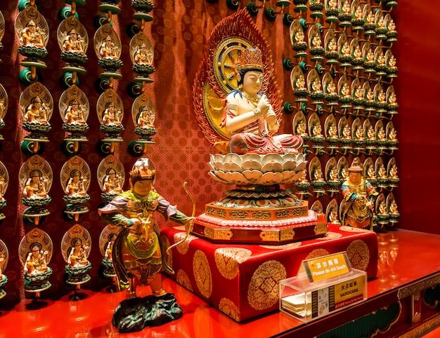 La statua di buddha nel tempio cinese della reliquia del dente di buddha