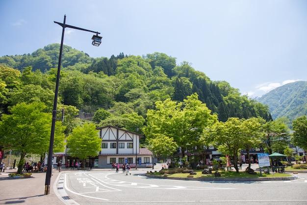 La stazione di tateyama nella città di toyama è il tram o la tram che conduce alle alpi del giappone con la montagna