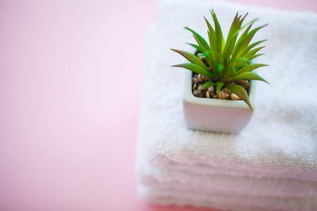 La stazione termale si rilassa e concetto del bagno, asciugamani di bagno puliti impilati cotone variopinto terry textile in bagno