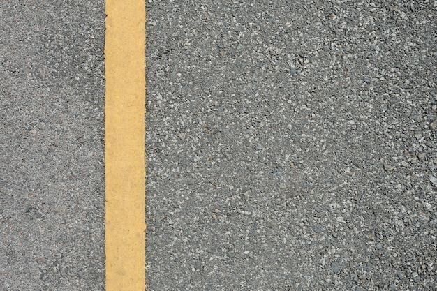 La strada asfaltata con la marcatura allinea la priorità bassa di struttura delle bande di bianco.