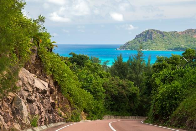La strada che attraversa l'isola con vista sull'oceano