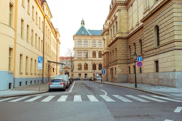 La strada con antichi edifici nel centro di praga, repubblica ceca