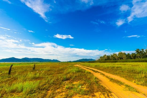 La strada nel bacino idrico di bang phra quando l'acqua diminuisce