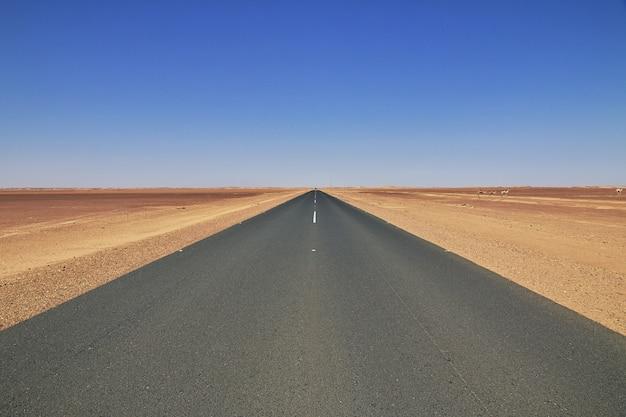 La strada nel deserto del sahara, in africa