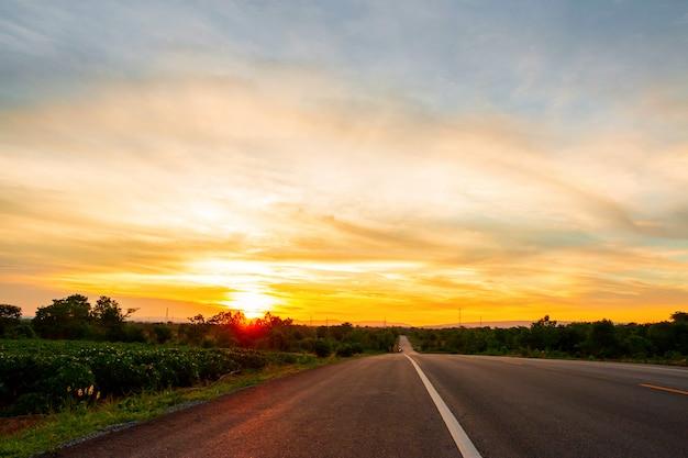 La strada nella valle al momento del tramonto concetto di vacanza e viaggio