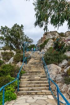 La strada per la cima della chiesa di protaras, cipro. chiesa del profeta elia.