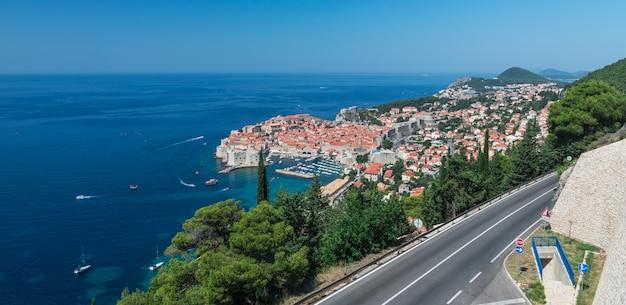 La strada per la città vecchia di dubrovnik in croazia