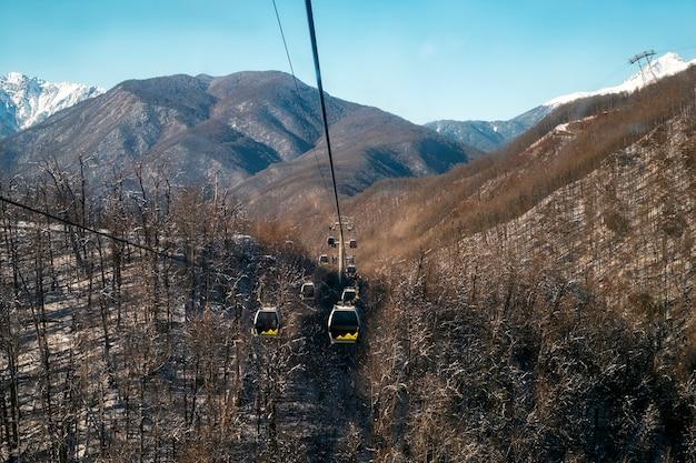 La strada sospesa per le montagne in inverno è l'inizio della stazione sciistica
