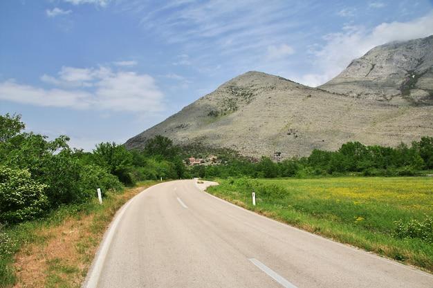 La strada sulle verdi montagne della bosnia ed erzegovina