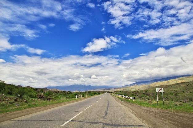 La strada tra le montagne del caucaso, armenia