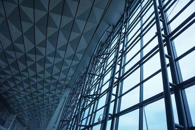 La struttura d'acciaio della parete di vetro in aeroporto.