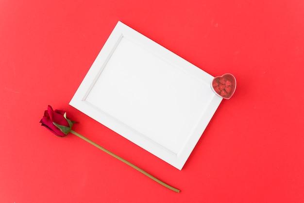La struttura della foto con i cuori dell'ornamento si avvicina al fiore