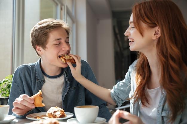 La studentessa nutre il suo ragazzo