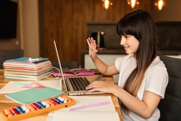 La studentessa parla con altri partecipanti alla lezione video online. concetto di formazione online