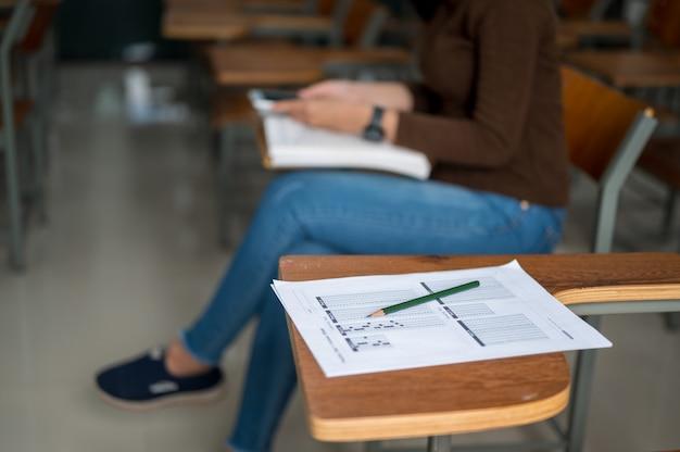 La studentessa si siede e ascolta la musica in classe