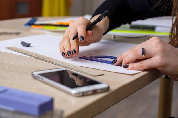 La studentessa sta preparando un piano. università di architettura