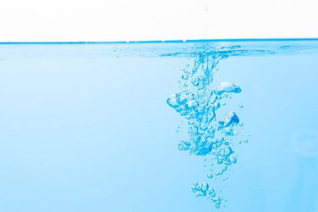 La superficie dell'acqua e bolle d'acqua blu