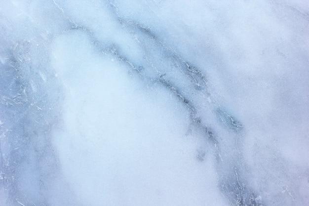 La superficie in marmo mostra una trama naturale.